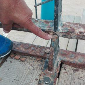 """Cs Torrevieja alerta del """"aumento de la peligrosidad"""" en el paseo marítimo de La Mata con la deficiente fijación de vallado"""