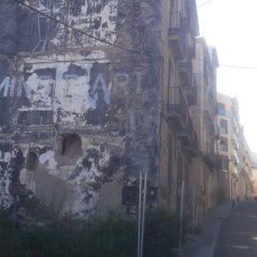 Cs Alcoy denuncia el mal estado de un edificio del centro histórico y pide la reposición del vallado de protección